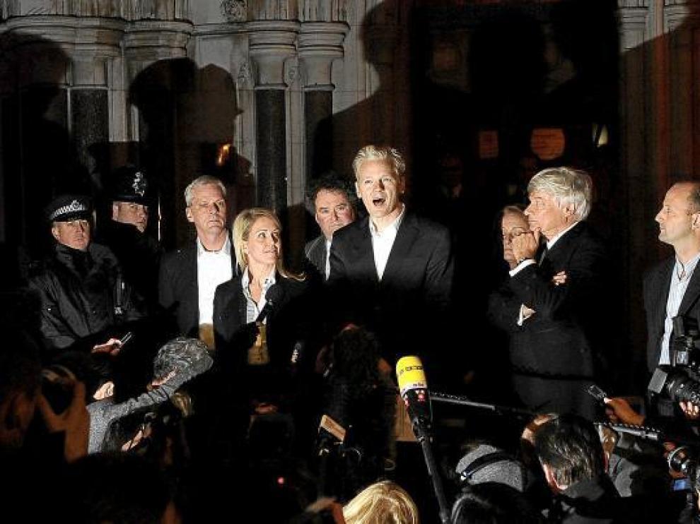 Assange comparece ante la prensa en el exterior del Tribunal Superior de Londres.