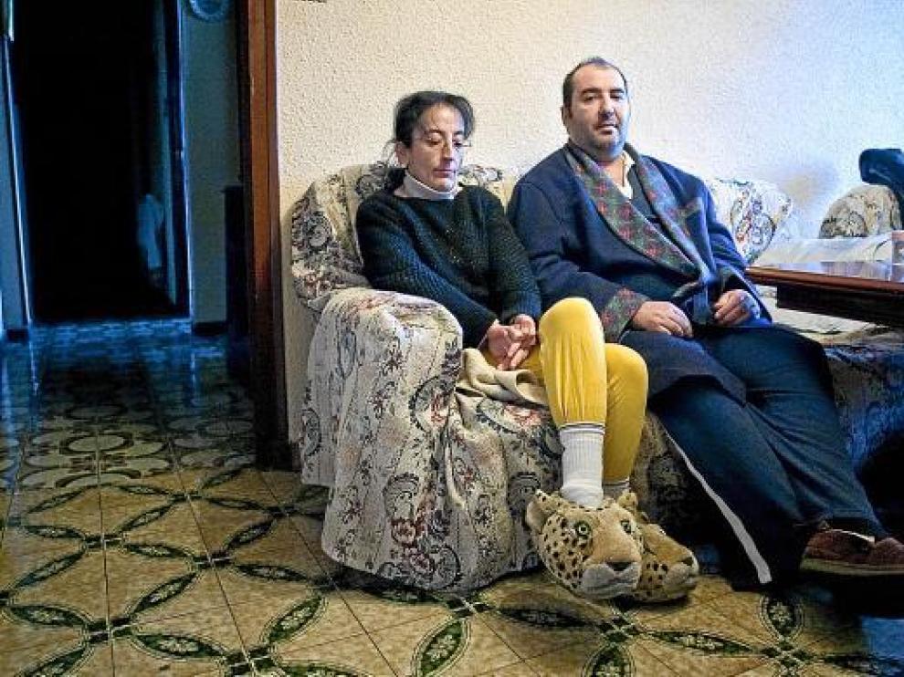 Carmen Miñana y Jesús Ángel Lázaro en el salón de su casa, que han estado a punto de perder.