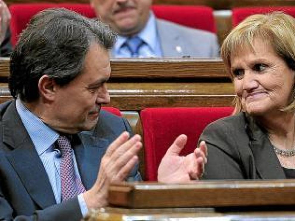 Artur Mas aplaude a Nuria de Gispert, en el 'Parlament'.