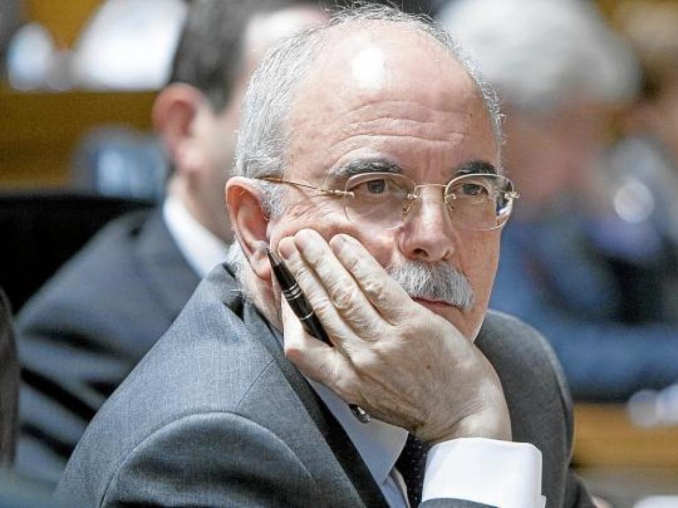 El consejero de Economía, Alberto Larraz, escucha las duras críticas del PP en el pleno de las Cortes de Aragón, ayer por la tarde.
