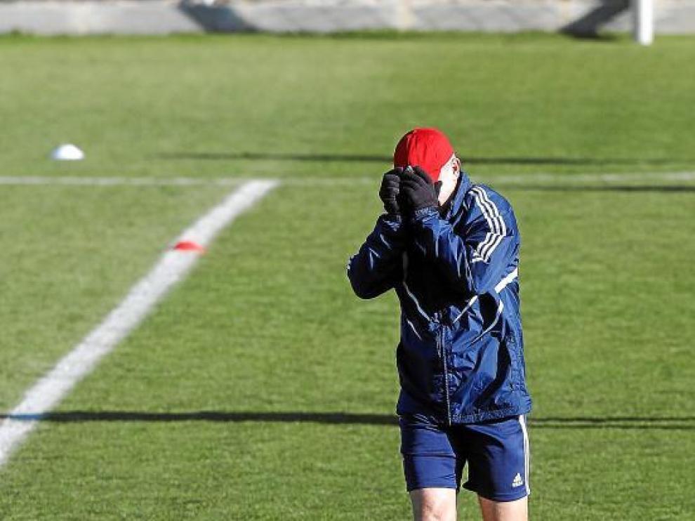 Javier Aguirre se tapa la cara durante el entrenamiento del equipo en la Ciudad Deportiva.