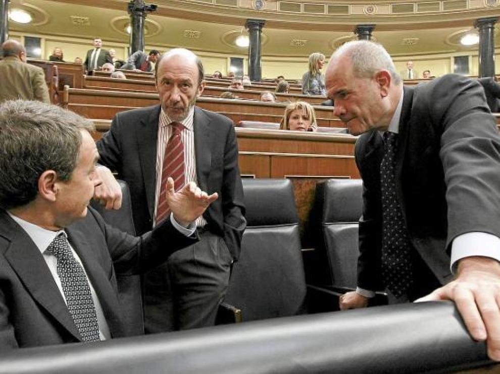 Rodríguez Zapatero conversa con Pérez Rubalbaca y Chaves, ayer en el Congreso.