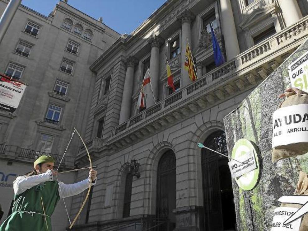 Robin Hood, ayer, con el arco y las flechas, en la plaza de España de Zaragoza, ante la DPZ. Y el gobernante, parado. Por si acaso.