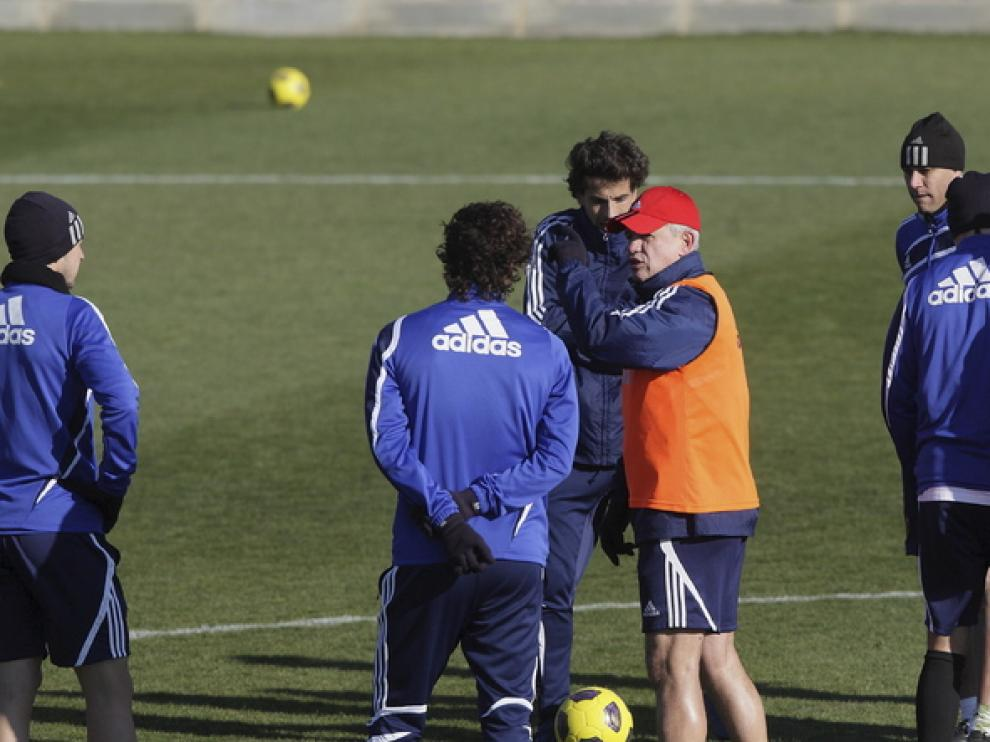 Aguirre da instrucciones a los jugadores