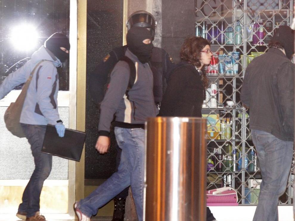 La policía se lleva a Saioa Zubiaur, una detenida en la operación contra Segi