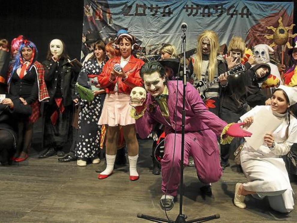 Los participantes del concurso de 'cosplay' posan en el escenario junto al Joker, que hizo de presentador.