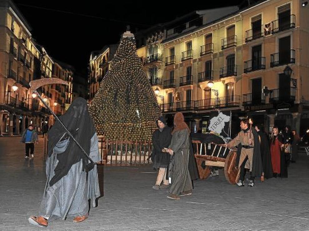 El cortejo fúnebre desfiló anoche por las calles del Casco Histórico turolense.