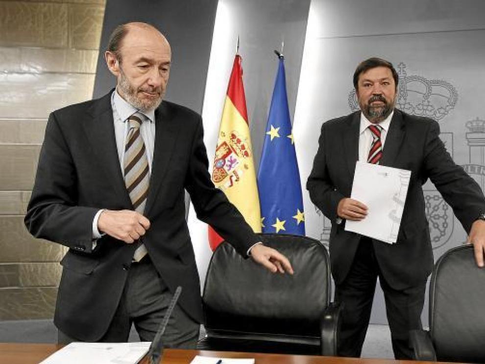Alfredo Pérez Rubalcaba y Francisco Caamaño, en la rueda de prensa tras el Consejo de Ministros.
