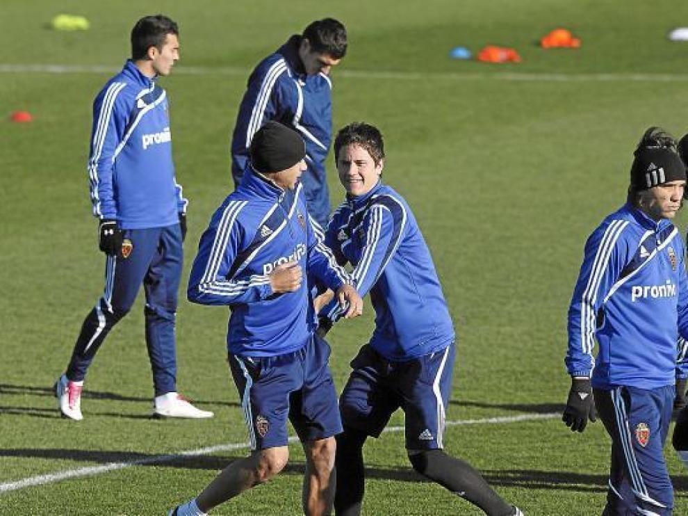 Ander Herrera bromea con Diogo en un ejercicio de un entrenamiento.