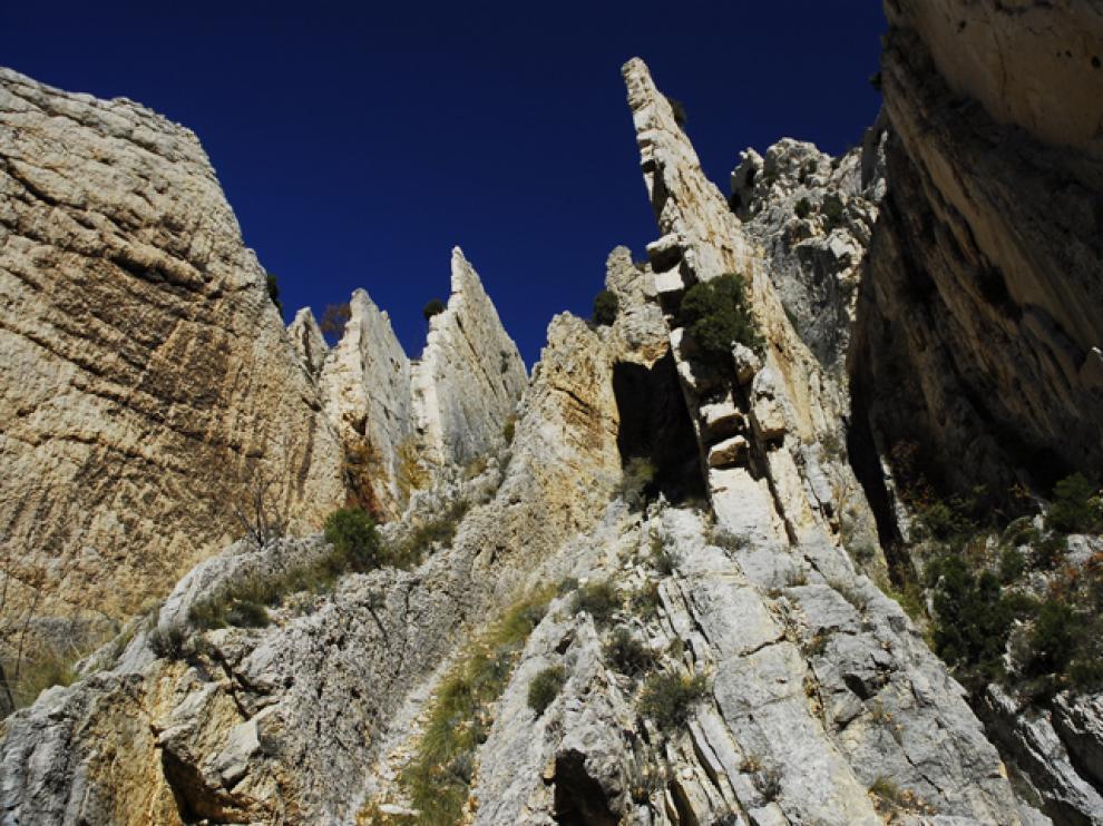 Pliegues geológicos en vertical y crestas de rocas calizas en los Estrechos de La Aldehuela