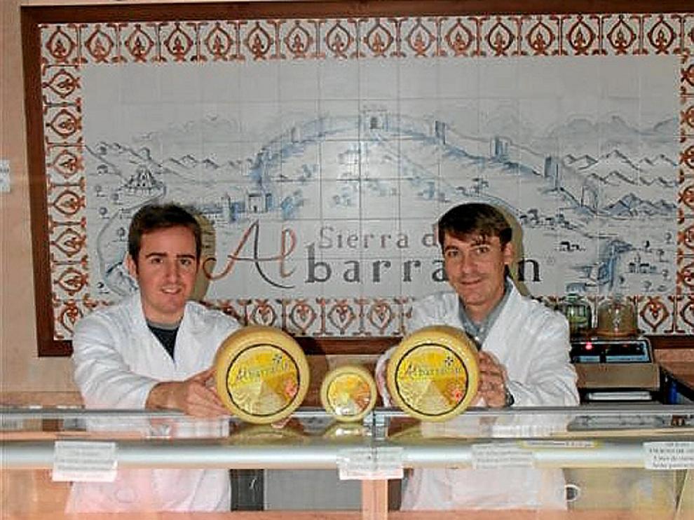 Joaquín Alpuente, maestro quesero, y Alberto Asensio, gerente.