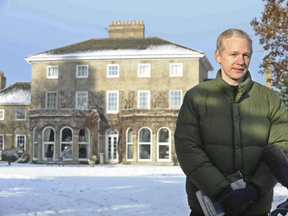 Assange atiende a los medios a las afueras de su residencia en Inglaterra.