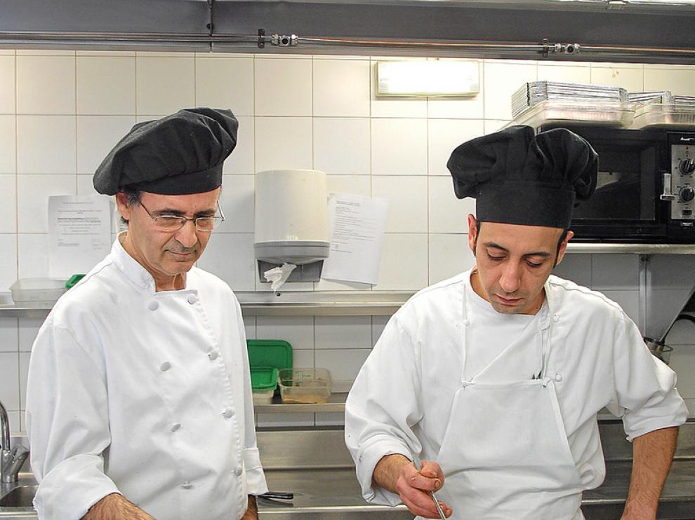 Esteban Zamora y Orlando Tobajas, cocineros del restaurante El Cachirulo.