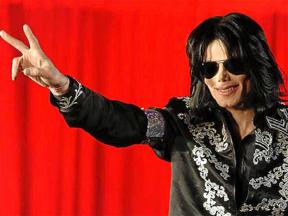 La trituradora ruidosa del negocio canta victoria con Michael Jackson.
