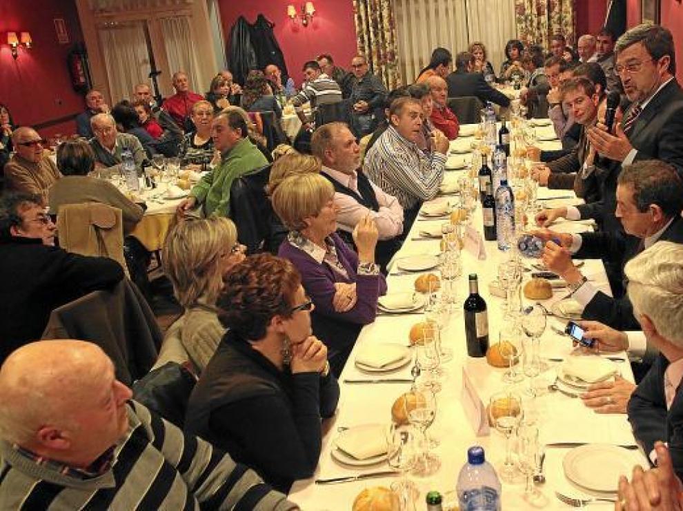 Miguel Ferrer se dirige a los ex militantes del PAR asistentes a la cena celebrada en Utrillas.