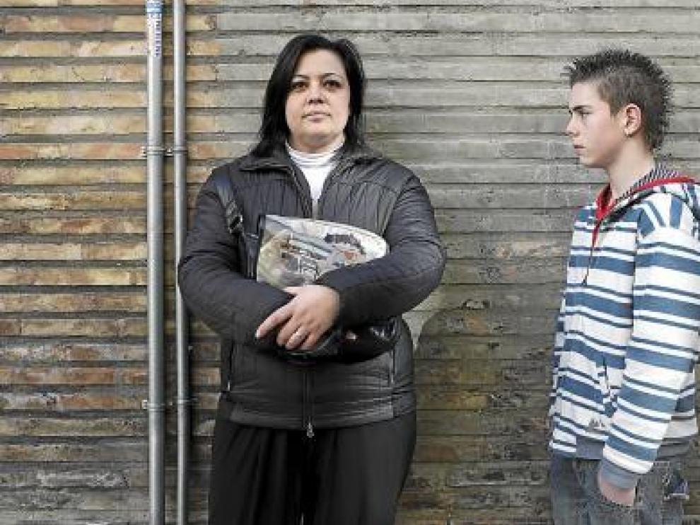 Miriam Santos acompañada de Miguel, su hijo adolescente.