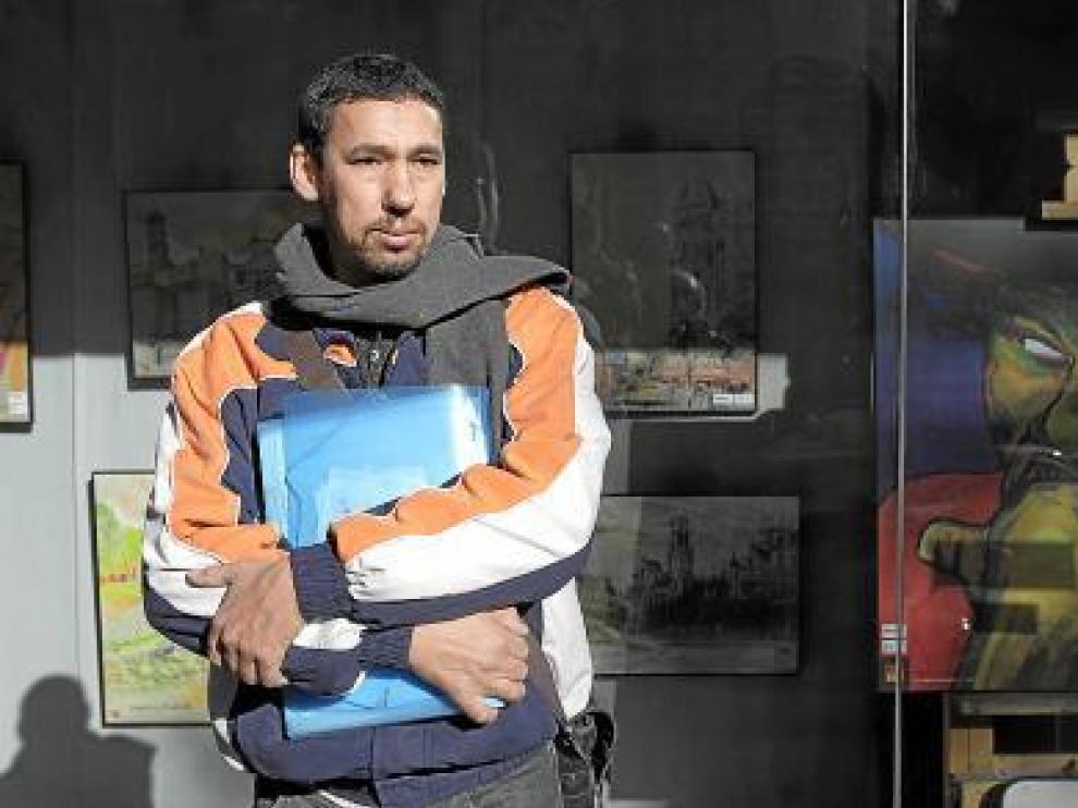 Abdelaziz en el escaparate de una academia de pintura, oficio que le encanta.