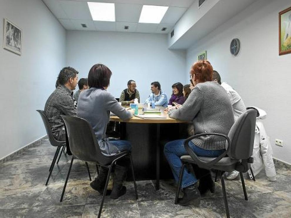 Uno de los grupos de terapia que se reúnen en las instalaciones de Azajer en Zaragoza.
