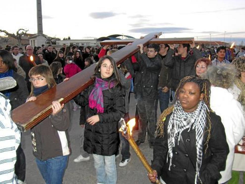 Jóvenes portando ayer la Cruz Peregrina que llegó a la diócesis de Zaragoza el día 16.