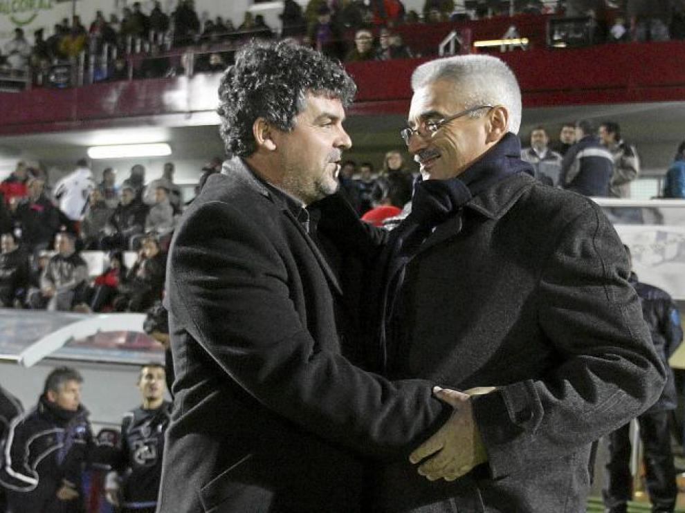 Onésimo saluda de forma afectuosa a Fabri, antes del comienzo del partido.