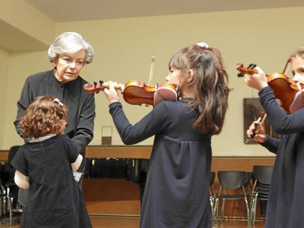 Ana María Sebastián, ayer en el Conservatorio Profesional de Zaragoza, con tres de sus alumnas.