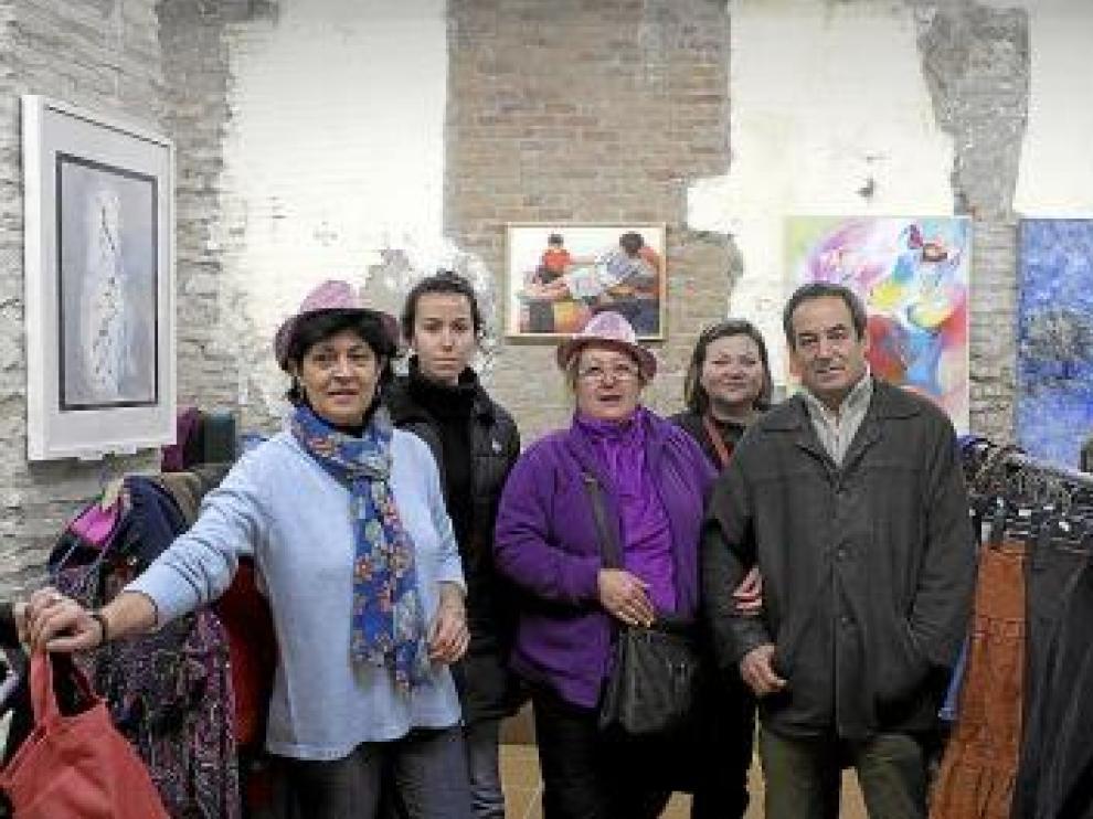 Encarna Bolsa, Pilar Coma, Cristina Beltrán, Pilar Barranco e Ignacio Mayayo, en el mercadillo de Amasol.
