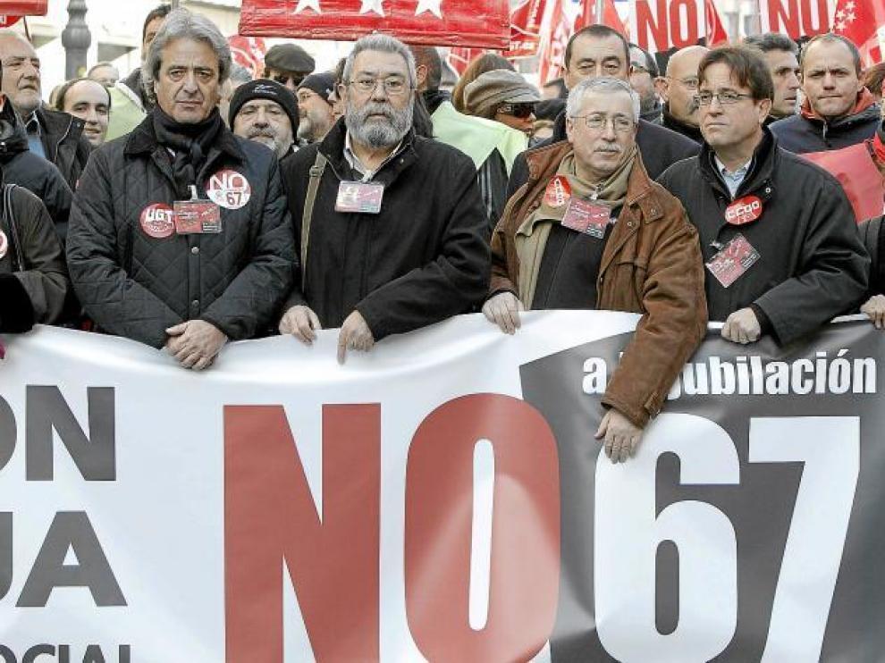 Los secretarios de UGT Madrid, José Ricardo Martínez, y de CC. OO. Madrid, Javier López, flanquean a Méndez y Toxo, ayer en la manifestación.