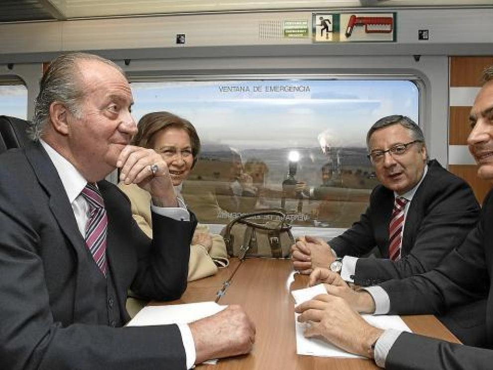 Los Reyes conversan con Zapatero y Blanco, en la inauguración ayer del AVE Madrid Valencia.