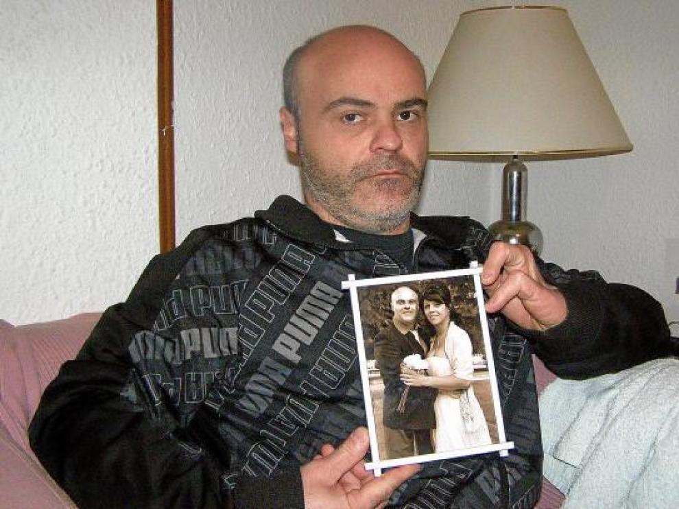 Iván Rivas, ayer en su casa de Tarazona, muestra una foto del día de su boda con Nataly Rojas.