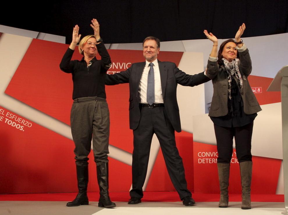 Iglesias junto a las candidatas Mayte Pérez y Eva Almunia.