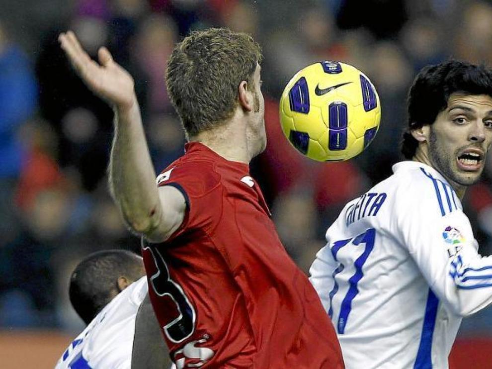 Ángel Lafita y Sergio Fernández pretenden tocar un balón durante el partido de ayer, disputado en el Reyno de Navarra.