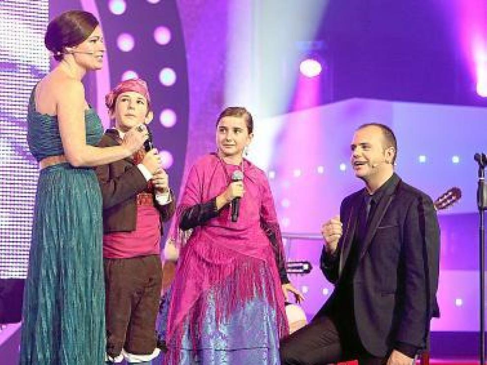 Susana Luquin y David Marqueta, con dos pequeños cantadores.