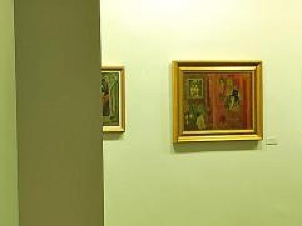 Varias pinturas de Julieta, en una exposición.
