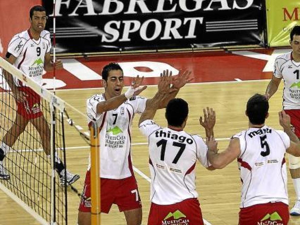 Los jugadores del Multicaja celebran un punto durante un partido reciente.
