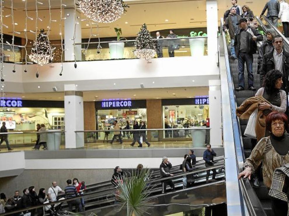 Muchas personas recorrieron ayer los centros comerciales de la capital aragonesa, pero pocos compraron regalos navideños.