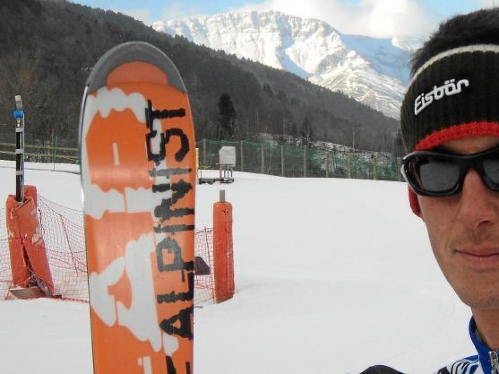 Javier Lanzuela posa en la base de la estación de Cerler, con la sierra de Chía al fondo, y listo para subir con esquís de travesía a Gallinero.