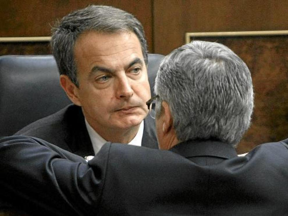 Rodríguez Zapatero charla con José Blanco durante un pasado pleno en el Congreso.