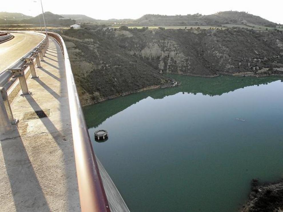 Vista del embalse de Montearagón desde la presa, donde se efectúan obras para impermeabilizar la ladera.