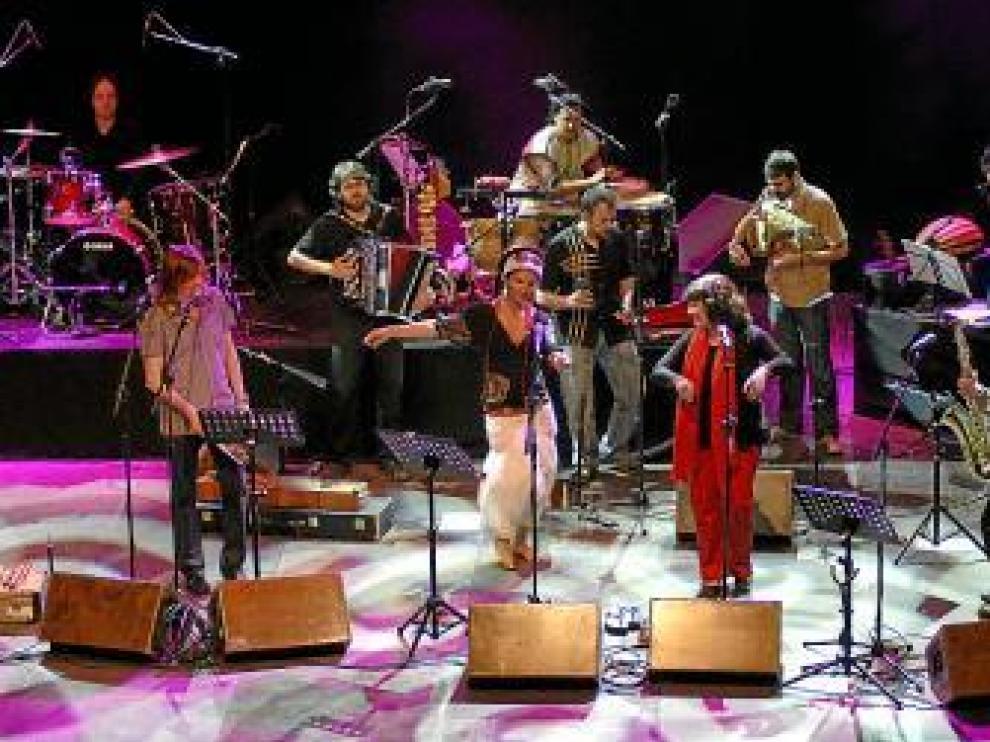 Biella Nuei y Azawan, en un concierto de 'Romper el muro'.