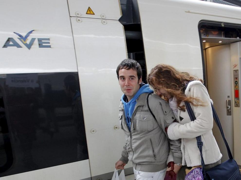 Algunos de los primeros viajeros del AVE llegan a Valencia
