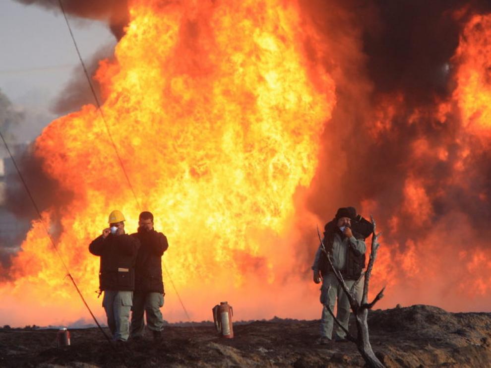 Bomberos intentan sofocar el fuego en la localidad de San Martín Texmelucan