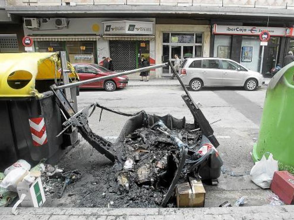 La quema de contenedores podrá sancionarse administrativamente con multas de hasta 100.000 euros.