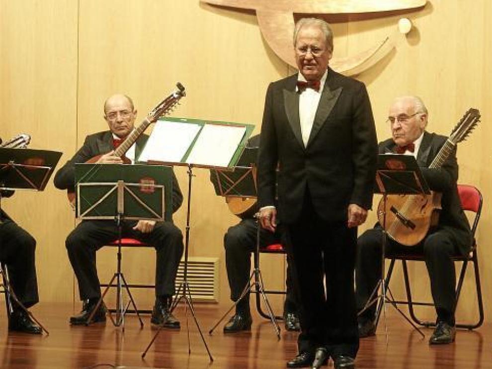 La orquesta Sertoriana Pulso y Púa fue la primera en salir al escenario, con Mariano Mairal.