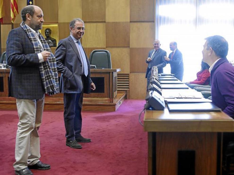 José Manuel Alonso y Fernando Gimeno, ayer en la comisión de Economía, conversan con Juan Martín, sentado.