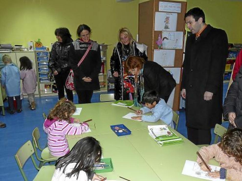 La consejera (en el centro hablando con un niño) visitó ayer el colegio de Canfranc.