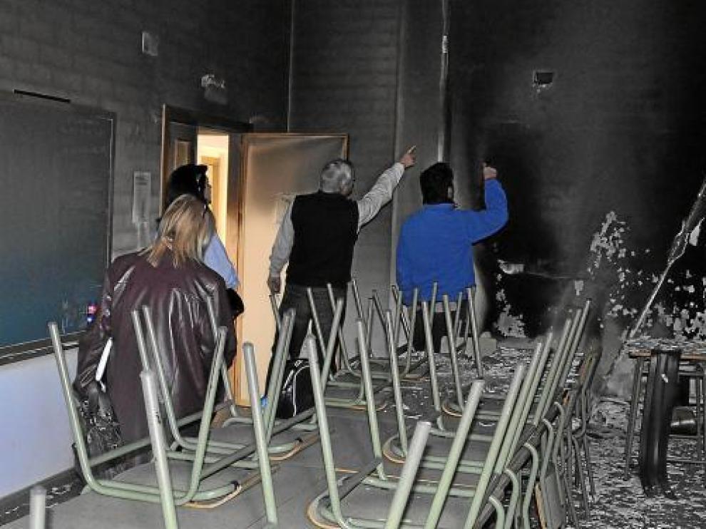 El director, la alcaldesa, María Teresa Font, y los técnicos comprobaron los daños del incendio.
