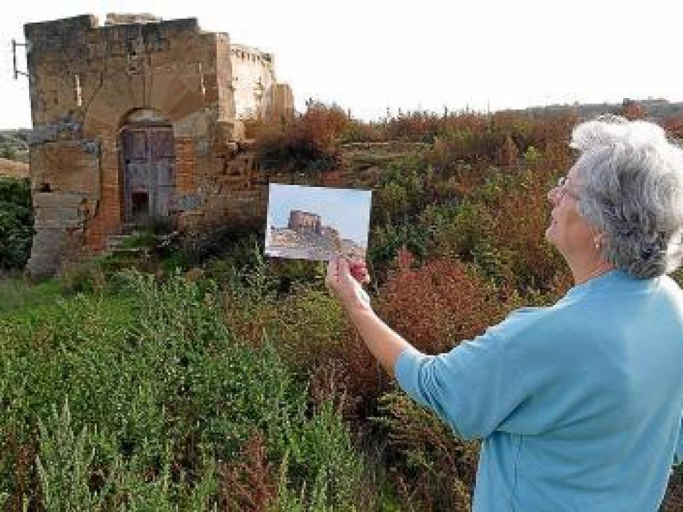 Imagen de archivo de una vecina mostrando una foto del castillo.
