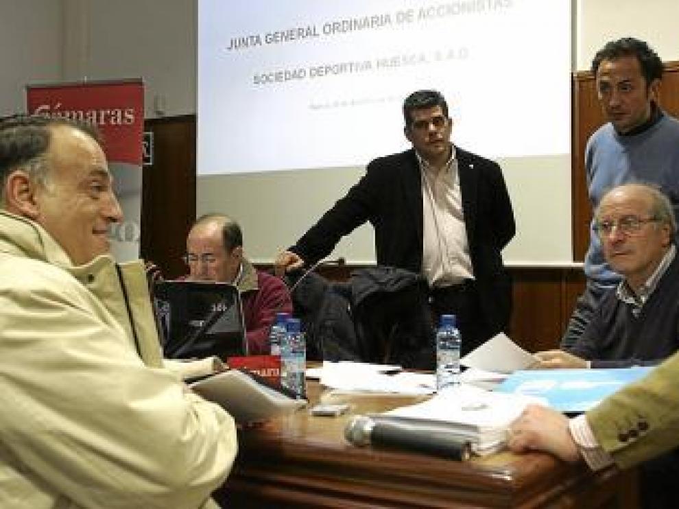 Tebas, junto a otros directivos del Huesca, antes de la junta.