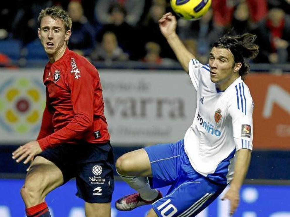Bertolo, ante la vigilancia de Monreal, en el Osasuna-Zaragoza del domingo.