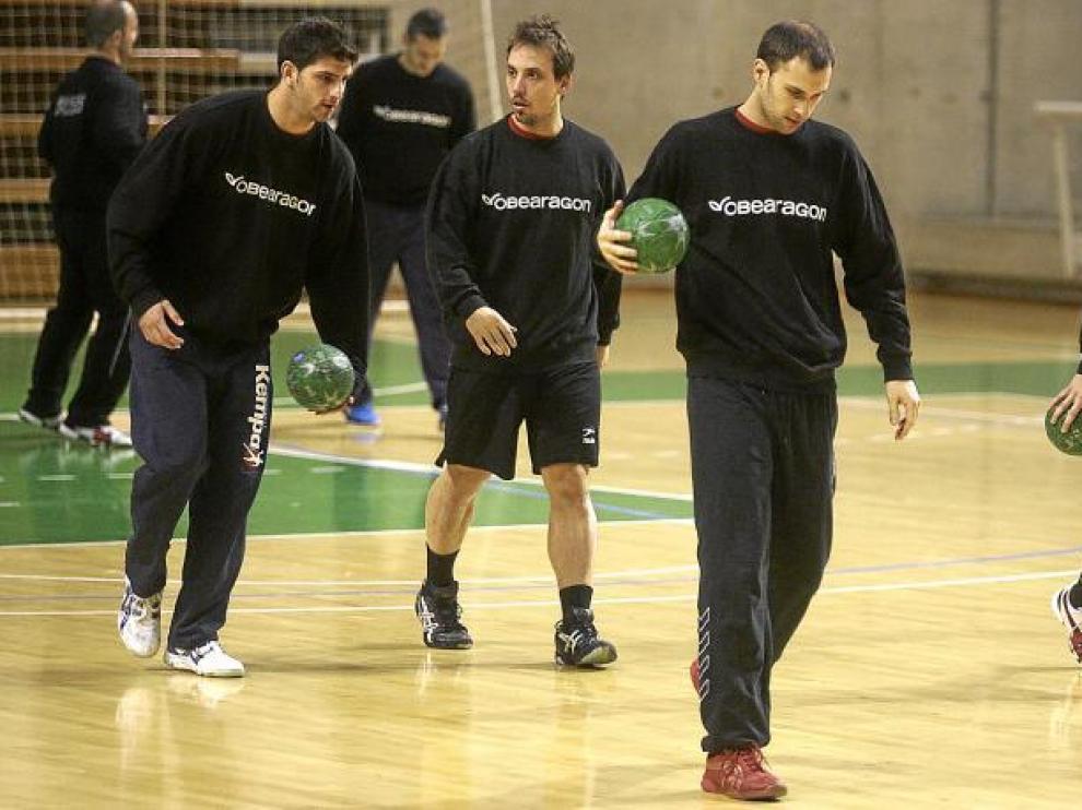 La plantilla del Obearagón Huesca calienta en el último entrenamiento del año. Después, vacaciones hasta el 4 de enero.